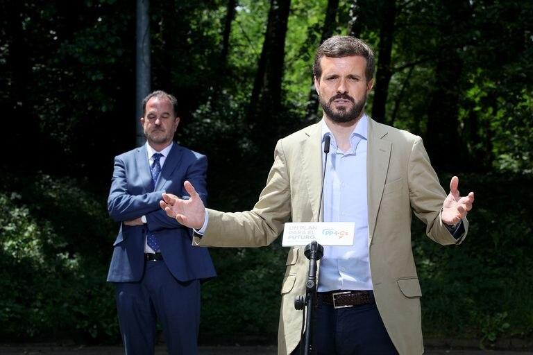 Pablo Casado y Carlos Irturgaiz este miércoles, en un acto de campaña en San Sebastián.