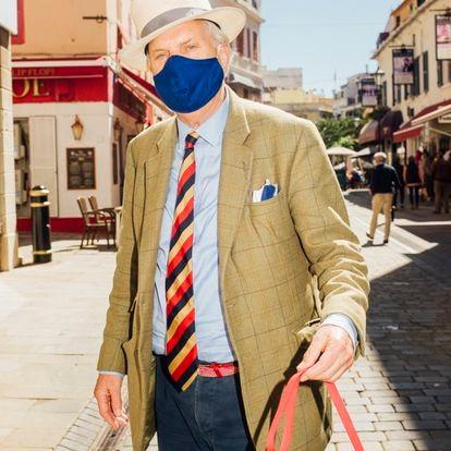 Main Street, la Calle Real, es el corazón de Gibraltar, plagado de comercios y cotilleo. Jonathan Dawson, un residente gibraltareño, periodista jubilado, pasea a diario a su perro por aquí.