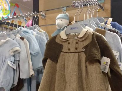 Vestidos de niña usados, en venta en la sucursal de Kid to Kid en Madrid.