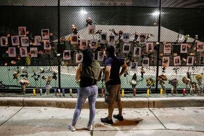 Memorial por las víctimas del derrumbamiento de un edificio de apartamentos en Miami, el pasado viernes.