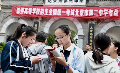 Estudiantes chinas repasan antes del examen de Selectividad, en junio pasado en Pekín.