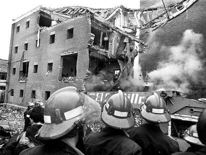 Bomberos observan los restos de la casa cuartel de la Guardia Civil de Zaragoza tras el atentado del 11 de diciembre de 1987, en el que murieron 11 personas.