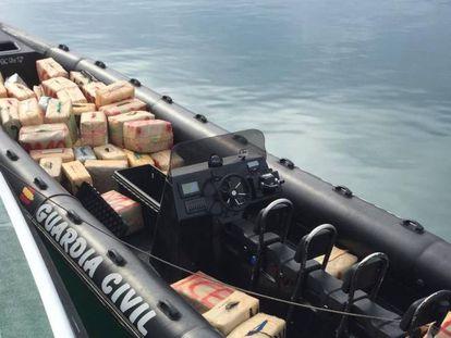 Los guardias civiles pertenecientes al Servicio Marítimo de la Comandancia de Algeciras (Cádiz) han intervenido un total de 3.468 kilogramos de hachís de una narcolancha.