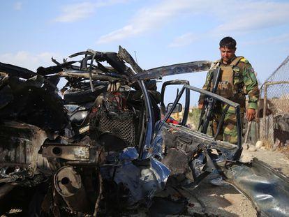 Un militar junto a los restos de un coche alcanzado por una bomba que mató a seis civiles el pasado 21 de julio en Jalalabad, Afganistán.