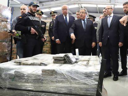 Zoido, ante el alijo de casi nueve toneladas de cocaína descubierto en abril oculto en un contenedor de plátanos en el puerto de Algeciras (Cádiz).