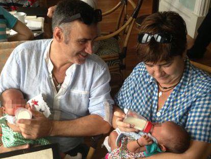 José Luis Vidal y Ana Coto con sus dos hijos, Lucas y Carmen, en Bombay.