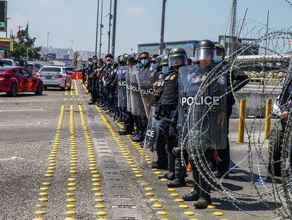 Miembros de la patrulla fronteriza cierran el paso a migrantes centroamericanos que intentan ingresar desde Tijuana a Estados Unidos para pedir asilo.