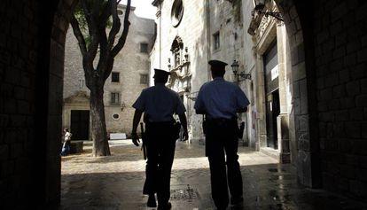 Una pareja de Mossos patrullando por Barcelona.