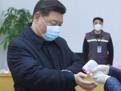 En su primera aparición tras la muerte del doctor Li, el presidente chino pide  medidas más firmes  contra la epidemia mientras el coronavirus complica la reincorporación laboral en el país