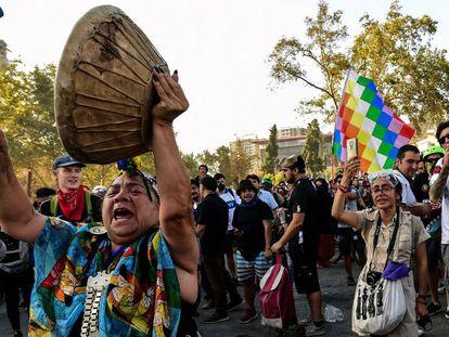 Una mujer indígena participa en las recientes protestas sociales chilenas.