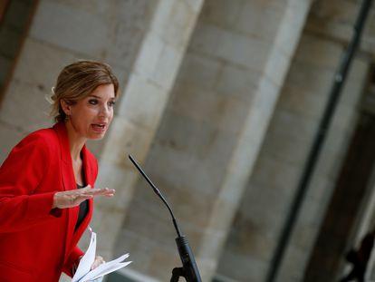 La portavoz del PSOE, Hana Jalloul, durante su intervención tras reunirse este lunes con la presidenta regional, Isabel Díaz Ayuso.
