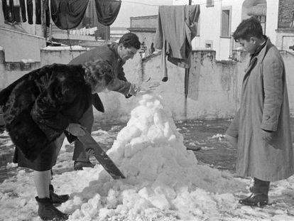 Una familia hace un muñeco de nieve en una azotea de Sevilla durante la última gran nevada, en febrero de 1954.