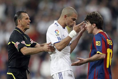 Pepe recrimina a Messi su actitud, después de que el azulgrana lanzara un pelotazo contra la grada, mientras  Muñiz Fernández intenta frenar la discusión.