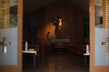 Un sacerdote momentos antes de oficiar misa en la Parroquia de Nuestra Señora de la Misericordia, en el distrito de Puente de Vallecas (Madrid).