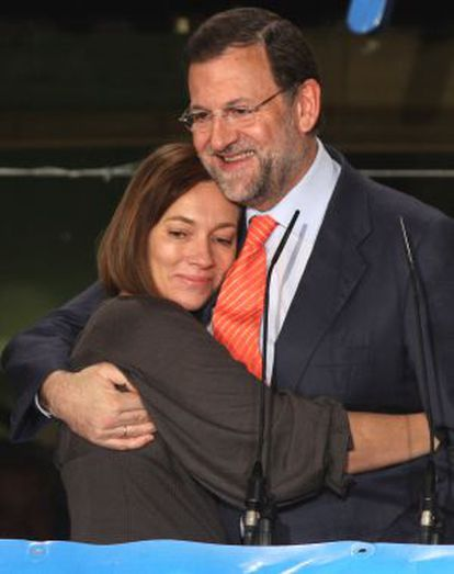 Elvira Fernández abraza a Mariano Rajoy la noche electoral del 9 de marzo de 2008.