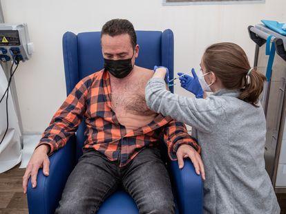 Una enfermera administra la vacuna de AstraZeneca en el hospital de campaña de La Fé de Valencia el 24 de marzo.