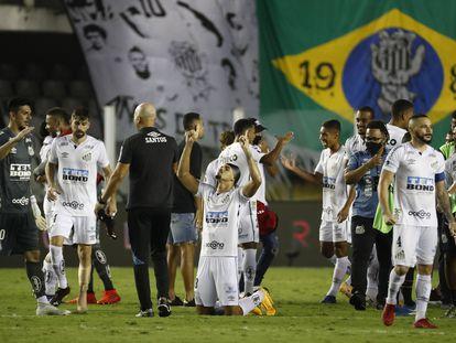 Los jugadores del Santos celebran el pase a la final.