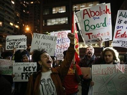 Estudiantes protestan en una sede de la universidad de Nueva York durante una manifestación por las elevadas deudas de los exalumnos, en noviembre de 2015.