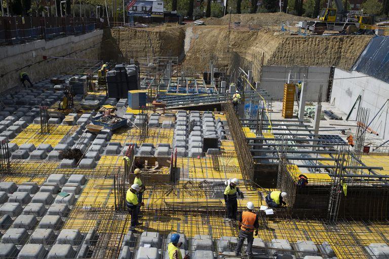 Obreros trabajando en la construcción la semana pasada de un bloque de viviendas en Bormujos (Sevilla)