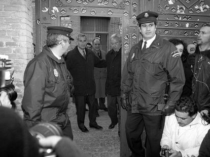 Rafael Vera y José Barrionuevo (justo detrás de la puerta) salen de la cárcel de Guadalajara, el 24 de diciembre de 1998.