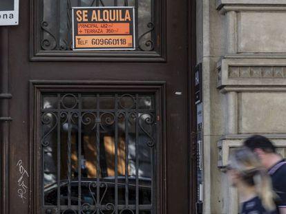Cartel en la puerta de una finca de la calle de Ausiàs Marc de Barcelona que anuncia un piso en alquiler.