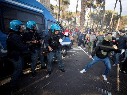 Un grupo de manifestantes se enfrentaba este sábado a la policía en Roma.