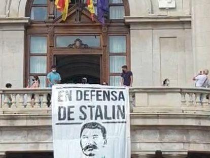 Pancarta en el balcón del Ayuntamiento de Valencia.