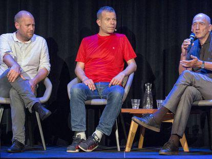 De izquierda a derecha, el arquitecto Stephan Petermann, el fotógrafo Wolfgang Tillmans y Rem Koolhaas, este domingo en Ámsterdam.