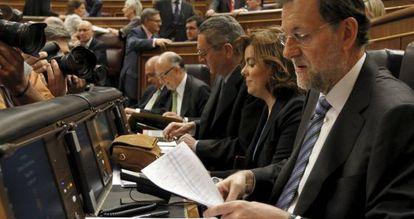 El presidente del Gobierno, Mariano Rajoy, revisa unos documentos al inicio de la sesión de control al Ejecutivo.