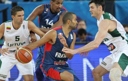 Kalnietis y Lavrinovic marcan a Parker.
