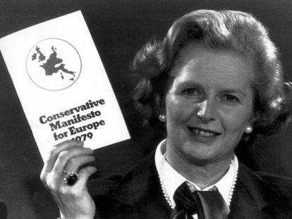 Margaret Thatcher sostiene un ejemplar del Manifiesto Conservador para Europa en 1979.