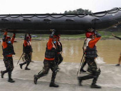 Soldados del ejército filipino practican cómo practicar maniobras de rescate terrestre y acuático.