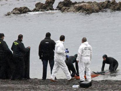 La Guardia Civil recupera un cadáver en la playa del Tarajal (Ceuta), en febrero de 2014.