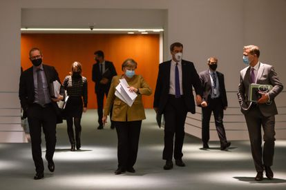La canciller alemana, Angela Merkel, junto a su portavoz y los jefes de Gobierno de Berlín y Baviera, tras la reunión mantenida desde la cancillería con los líderes regionales para acordar las medidas restrictivas en las próximas semanas.