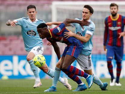 El jugador del FC Barcelona Ilaix Moriba protege el balón ante la defensa de Dennis Suárez, del Celta de Vigo, durante el partido de la penúltima jornada de LaLiga.