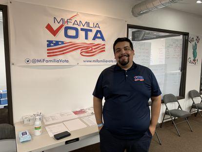 Eduardo Sainz, en la sede de Mi Familia Vota en Phoenix.