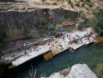 Decenas de bañistas disfrutan del día en el Pozo de las Paredes, en la sierra de Gredos, en agosto de 2020.