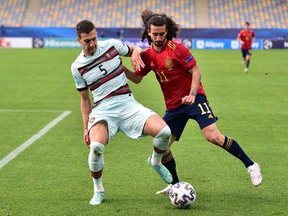 Dalot protege la pelota ante Cucurella, durante la semifinal.