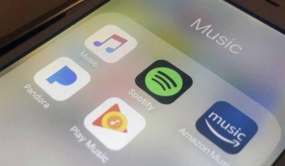 Un móvil con las apps Spotify, Amazon, Pandora y Google.