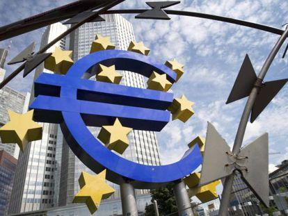 Símbolo del euro frente a la sede del BCE, en Fráncfort.