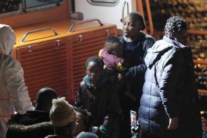 Llegada al  puerto grancanario de Arguineguín de los 52 inmigrantes rescatados por Salvamento Marítimo.