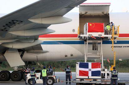 Operarios del Aeropuerto Internacional de Santo Domingo (República Dominicana), descargan parte de un lote de un millón de dosis de vacunas de la farmacéutica china Sinovac.