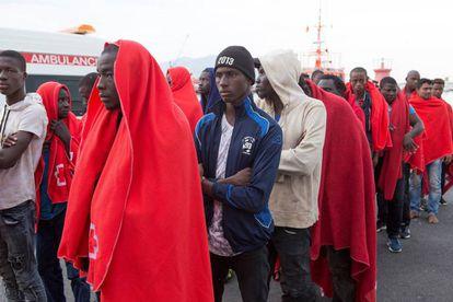 Un grupo de subsaharianos rescatados en el mar de Alborán.