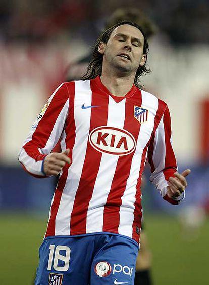 Maniche se lamenta en un partido con el Atlético.