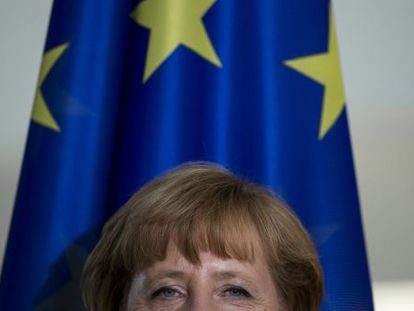 Angela Merkel, junto a la bandera europea ayer en Berlín, donde recibió al líder polaco