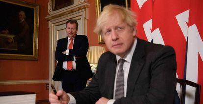 Boris Johnson y David Frost, negociador jefe del Reino Unido para el Brexit, firman el acuerdo de salida en diciembre pasado.