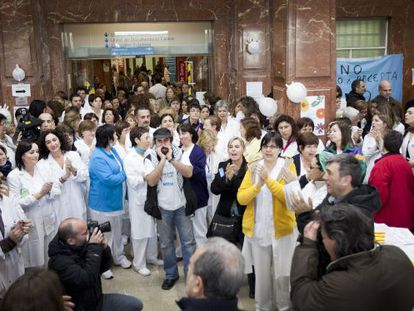 Empleados de Vall d'Hebron, durante una protesta contra los recortes, en una imagen de archivo.