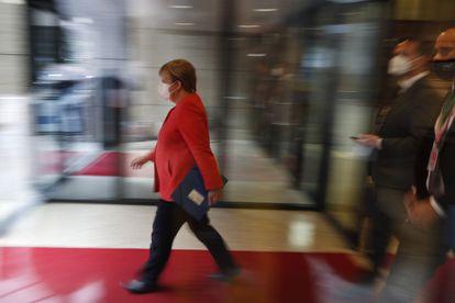 La canciller alemana, Angela Merkel, al abandonar la cumbre europea en Bruselas, este viernes.