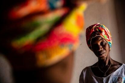 Leonarda Mauricio Méndez, de 51 años, es bordadora de paños tradicionales de Guinea Bisáu desde los 12. Ahora, su labor es retribuida.