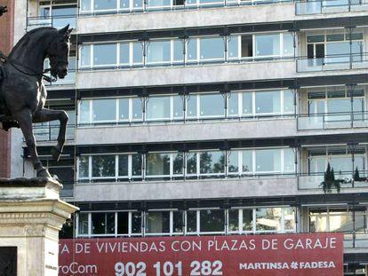 Imagen tomada en el Paseo de la Castellana de Madrid de una promoción de viviendas en venta. EFE/Archivo